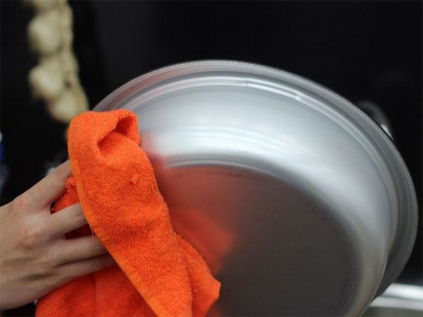 Lấy khăn lau sơ qua nồi lẩu
