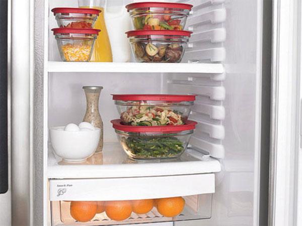 Bảo quản thực phẩm trong hộp hoặc chai lọ thuỷ tinh để dễ dàng kiểm tra tình trạng