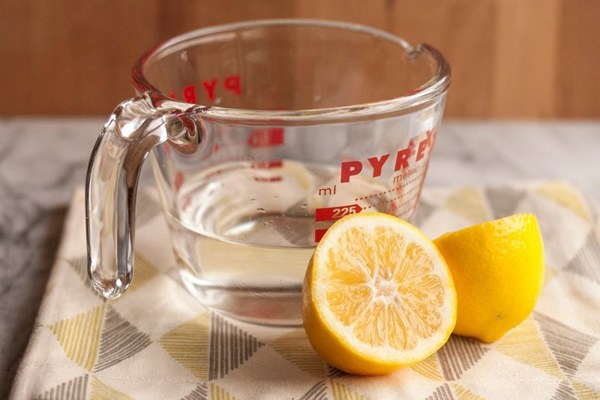 Đổ 1/2 cốc nước