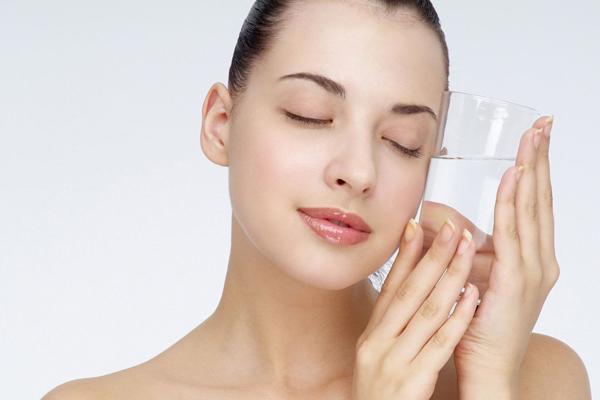 Nên cung cấp cho cơ thể hơn 2 lít nước để làm đẹp tóc trong môi trường máy lạnh