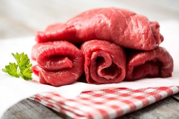 Dùng rượu rửa thịt để khử mùi gây trong thịt bò