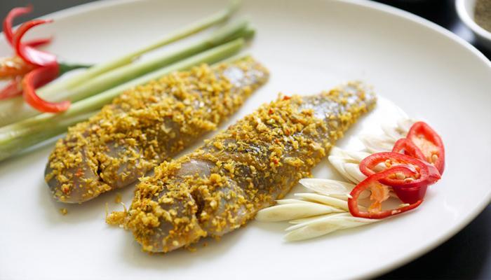 Băm nhuyễn xả ớt để ướp cá thấm hơn