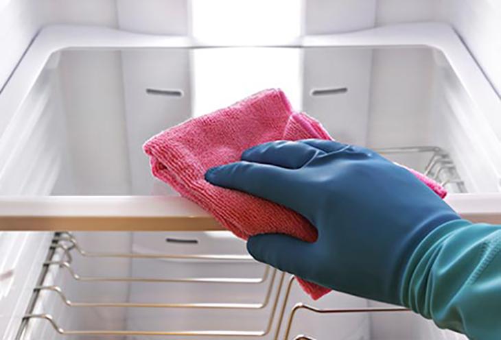 Vệ sinh tủ lạnh định kì sẽ giúp tủ sạch sẽ và bền hơn