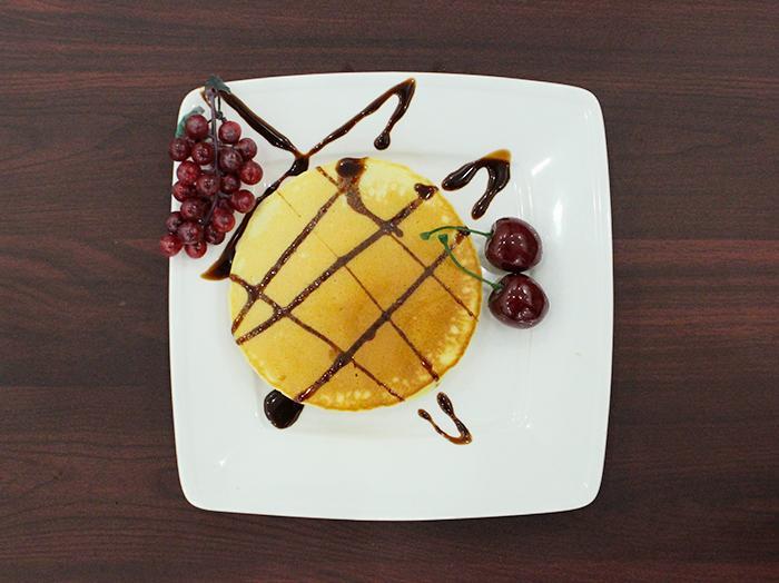Rưới sốt chocolate lên trên để hương vị thêm sáng tạo và hấp dẫn