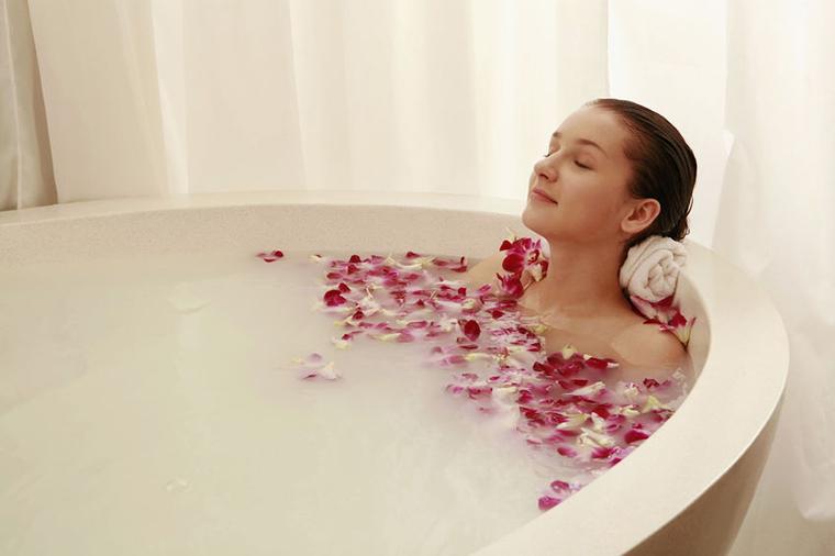 Ngâm mình trong bồn tắm nước nóng quá lâu có thể làm xấu đi vòng một