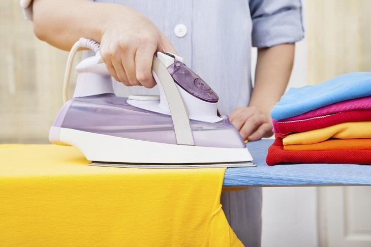 Ngoài ra, bạn cũng có thể thử bằng cách làm ẩm một phần nhỏ khó nhìn thấy trên trang phục mới, đặt một lớn giấy ăn hoặc vải trắng nhỏ lên và sử dụng bàn là chà sơ qua