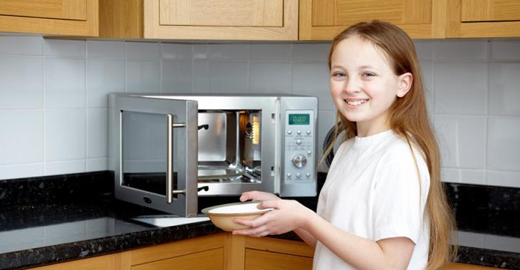 Trẻ trên 10 tuổi có thể dùng lò vi sóng điều khiển phức tạp, nhiều chức năng hơn