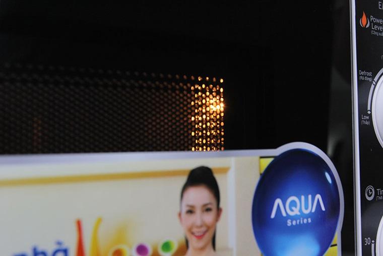 Cửa lò vi sóng không đóng kín là một trong các nguyên nhân khiến đèn không sáng