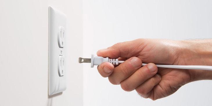 Sau đó bạn hãy tắt aptomat và rút phích cắm điện để bắt đầu làm sạch máy điều hòa