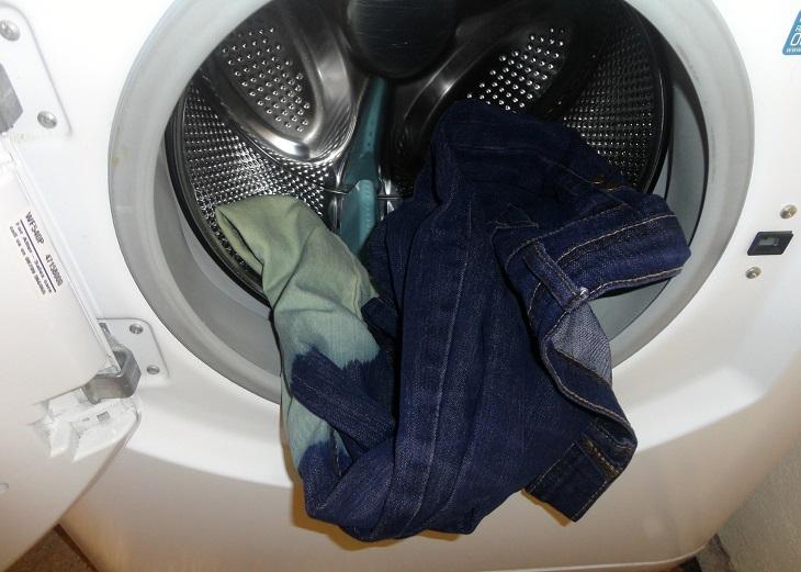 Bạn không nên giặt nhiều quần jeans cùng một lúc trong máy giặt