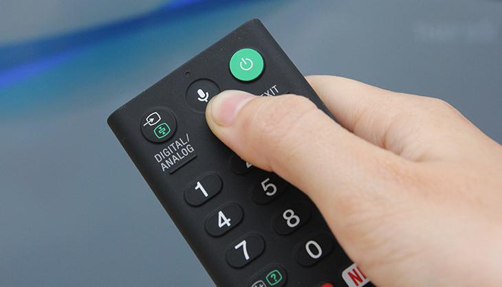 Nhấn nút micro trên remote