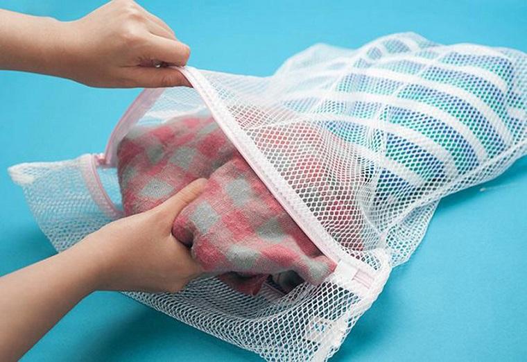 đặt đồ len vào một chiếc túi giặt