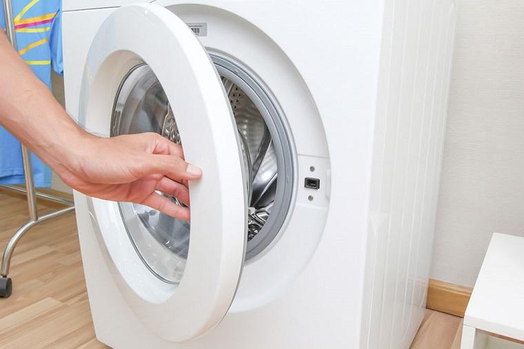 Mở cửa máy giặt và khay chứa sau khi giặt xong
