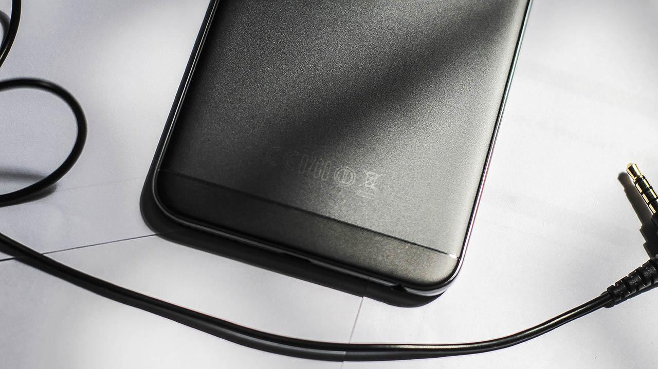 trên tay Oppo F1s màu đen nhám