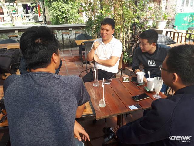 Ông Jack (đại diện Xiaomi từ Trung Quốc, áo trắng) chia sẻ tại buổi họp mặt về kế hoạch gia nhập thị trường Việt Nam của hãng