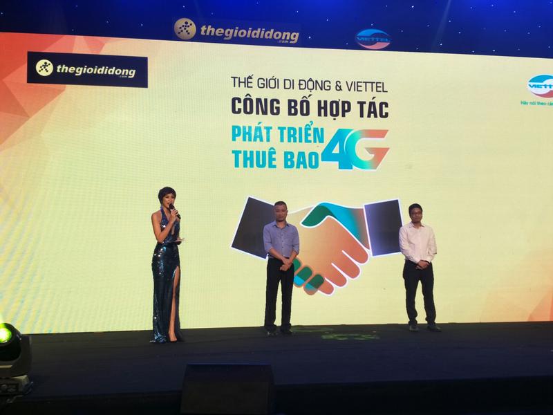Nghi thức bắt tay giữa TGĐ Trần Kinh Doanh với GĐ cấp cao Viettel