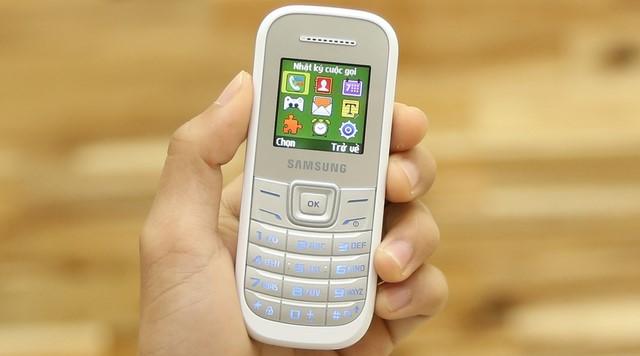 Samsung E1200 sử dụng giao diện đơn giản và dễ dàng quan sát, các tiện ích, chức năng trực quan, giúp người dùng mở máy và có thể sử dụng được ngay mà không mất nhiều thời giờ làm quen với máy