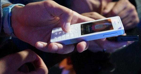 Nokia 515 khá thuận tiện với việc hỗ trợ hai khe cắm sim