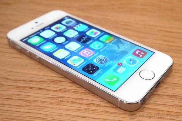 Thiết kế tổng thể thì tương tự iPhone 5
