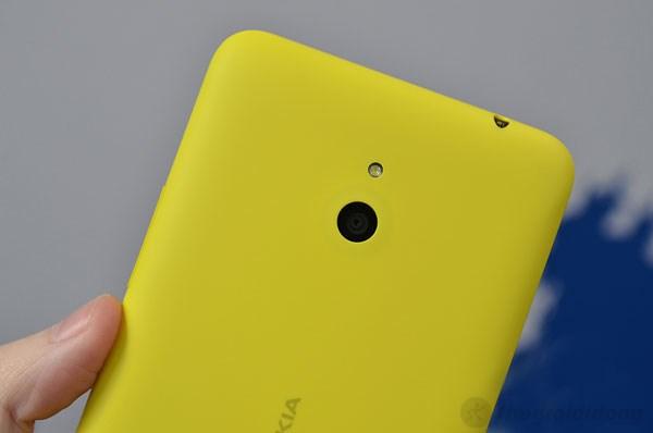 Camera 5MP phía sau trông khá nhỏ so với thân hình lớn của Nokia Lumia 1320