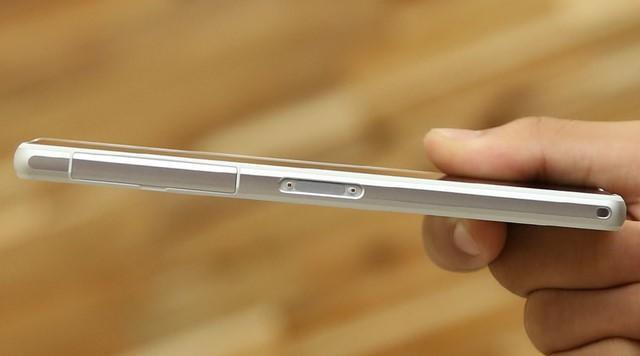 Cạnh trái là vị trí của cổng kết nối MicroUSB, khe cắm sim được bảo vệ bằng một nắp đậy chung tinh tế và chân cắm sạc – thiết kế truyền thống trên các sản phẩm chống nước của Sony
