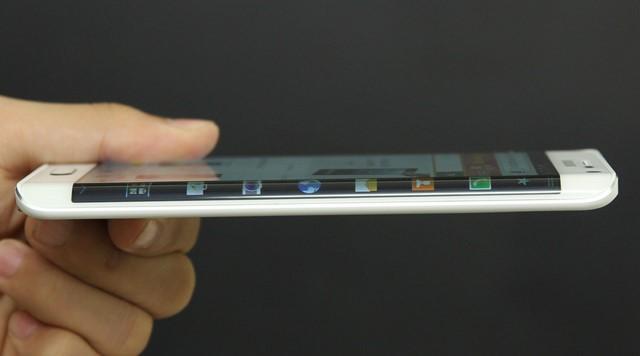 Màn hình được Samsung kéo dài và uốn cong ở mép viền bên phải trên Galaxy Note Edge