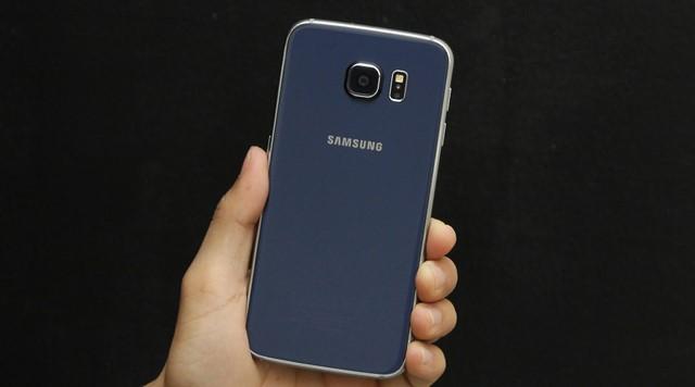 Mặt sau của Samsung Galaxy S6 gồm camera chính 16MP, cụm đèn Flash và cảm biến đo nhịp tim