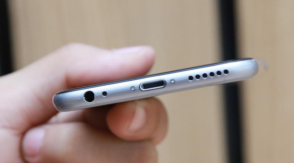 Cạnh dưới chỉ còn một loa, thay vì 2 khe loa như thế hệ iPhone trước