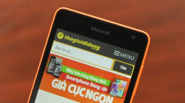 Mặt trước có logo Microsoft, loa thoại và camera 5MP nằm về phía bên phải của chiếc điện thoại