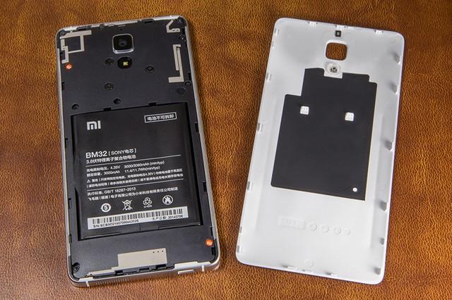 Xiaomi Mi 4 có mức pin 3080 mAh hỗ trợ các chế độ tiết kiệm pin, nắp lưng bằng nhựa có thể tháo nhưng pin không thể thay thế