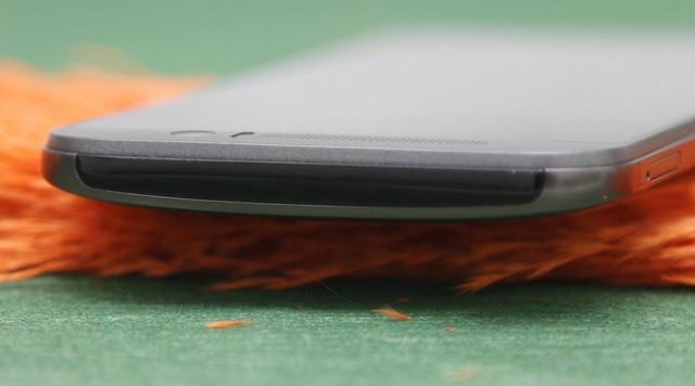 Cạnh trên đặc biệt có một vệt kim loại màu đen để thu phát sóng tín hiệu