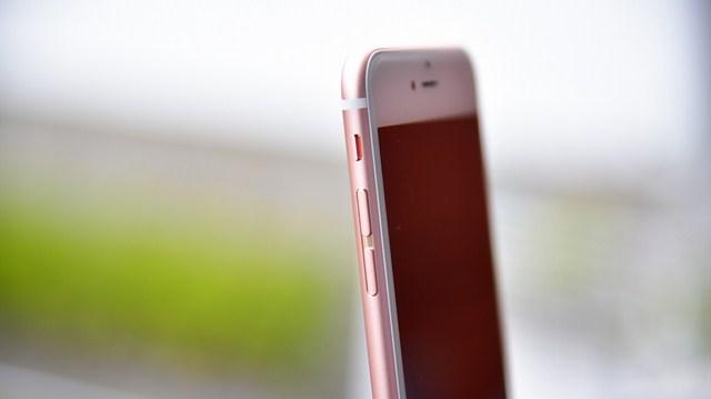 Màu hồng vàng không quá đậm, tạo vẻ đẹp mới lạ cho dòng iPhone mới