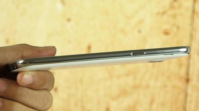 Nút nguồn được thiết kế đơn giản cùng với đường viền kim loại sang trọng bên phải chiếc điện thoại