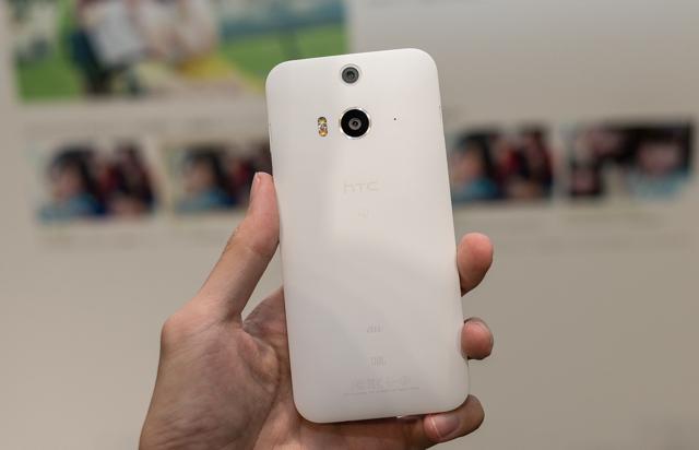 Mặt sau là nhựa nguyên khối chứa camera và đèn flash kép