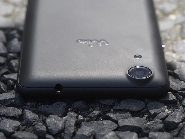 Camera sau của máy được được làm tròn đẹp hơn hình vuông của Wiko Rainbow, tuy nhiên vị trí của nó lại được đặt quá cao và hơi lồi