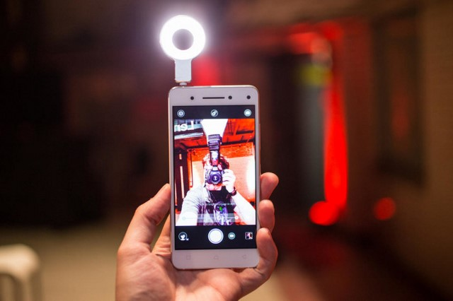 Nếu cần bạn có thêm phụ kiện đèn flash trước cắm ở jack audio