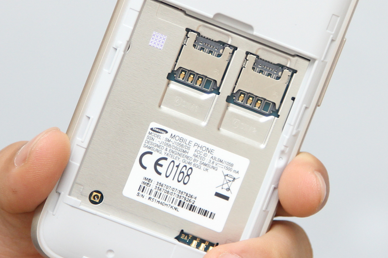 Máy sử dụng 2 sim microSIM và 1 khe cắm thẻ nhớ