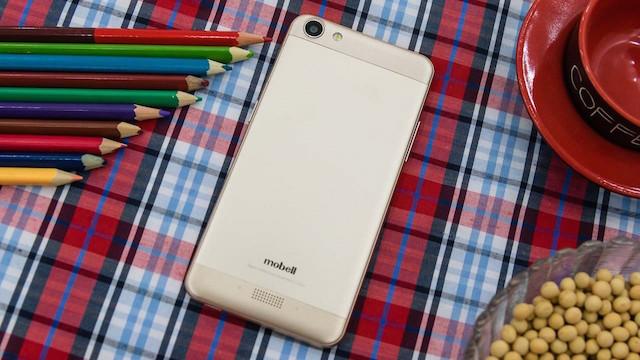 Mặt lưng được thiết kế có nét tương đồng với iPhone 6