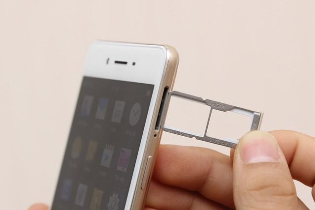 Thiết bị hỗ trợ hai khe cắm sim, đồng thời cũng có chức năng là khe cắm thẻ nhớ trên khay bên ngoài
