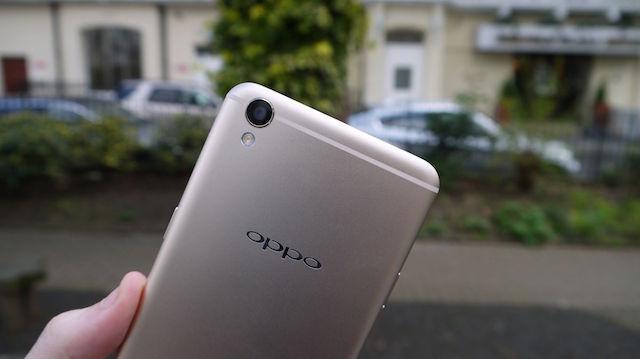 Nếu bỏ logo của Oppo đi thì bạn sẽ nhận định ngay đây là chiếc iPhone 6 màu vàng đồng
