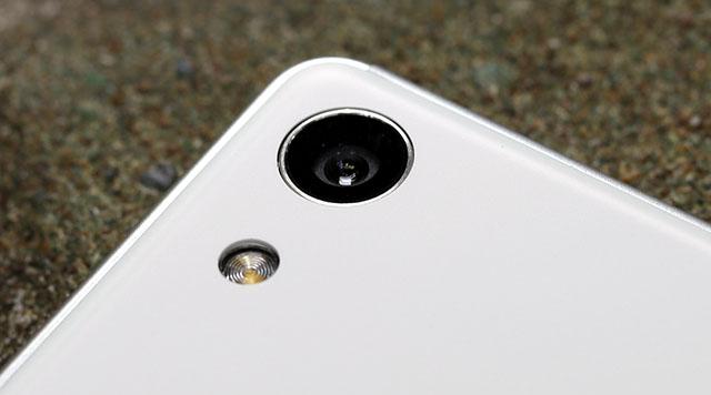 Các thiết bị đến từ Sony vẫn tự hào là camera không hề lồi