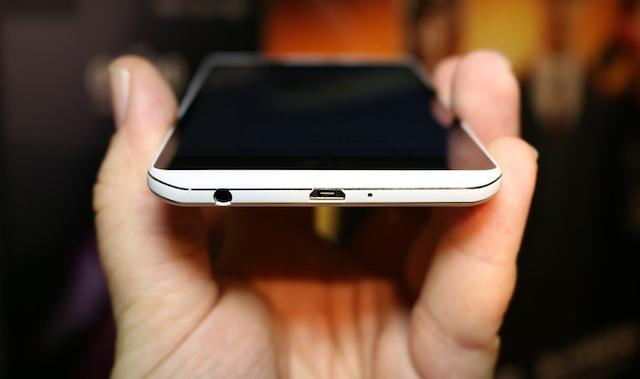 LG X Power - Cạnh dưới cùng chứa cả jack tai nghe và cổng sạc