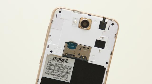 Nắp lưng có thể tháo rời và phía sau là nơi chứa khe cắm sim (hỗ trợ hai sim), thẻ nhớ ngoài MicroSD