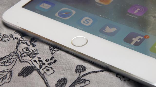 Nút vật lý có đường viền sáng xung quanh giúp bạn nhận biết là phím cảm biến vân tay so với các máy khác