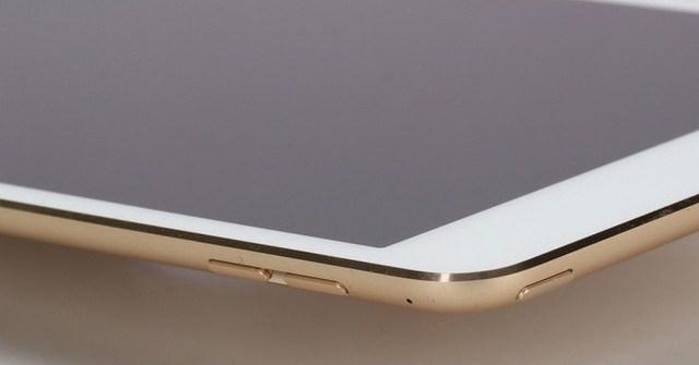 Các đường cắt vát được làm rất tinh tế và sang trọng, nút gạt chế độ âm thanh đã được loại bỏ trên phiên bản iPad mini 4 này