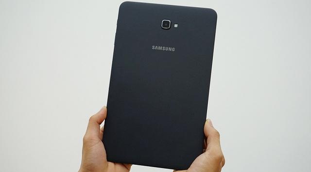 Mặt lưng được làm dạng nhám cùng logo Samsung
