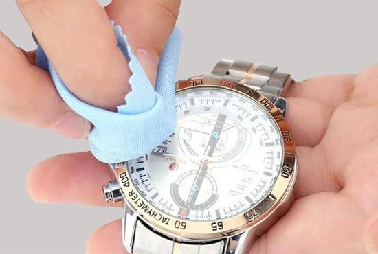 cách loại bỏ vết xước trên dây đồng hồ kim loại